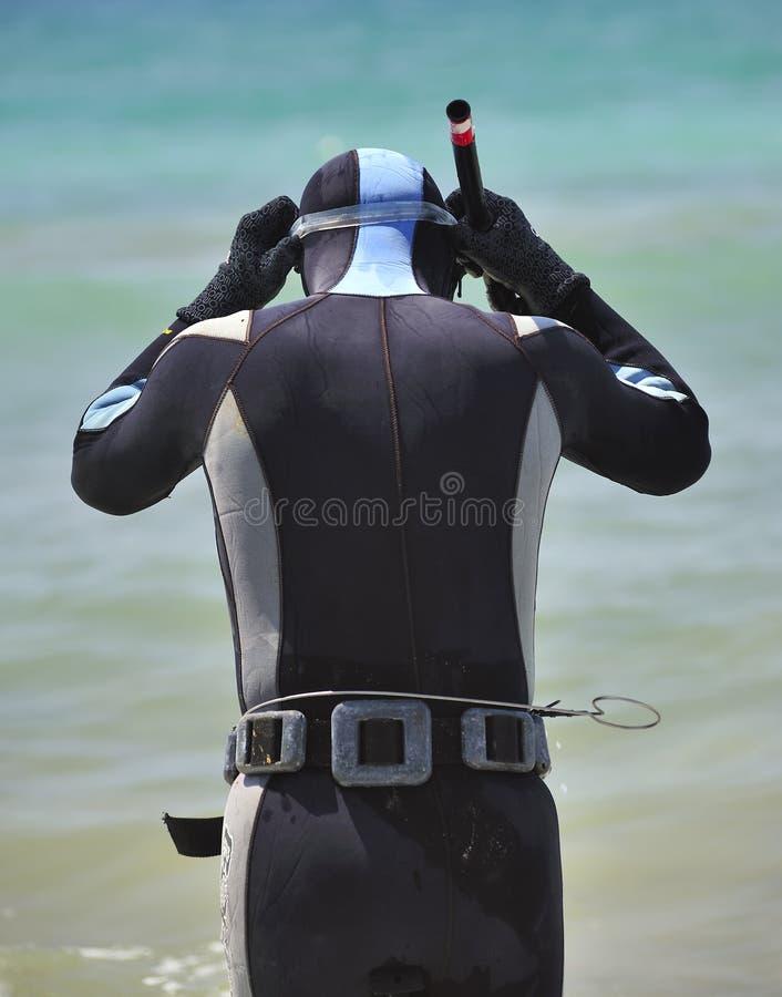 Mergulhador masculino com arpão fotografia de stock