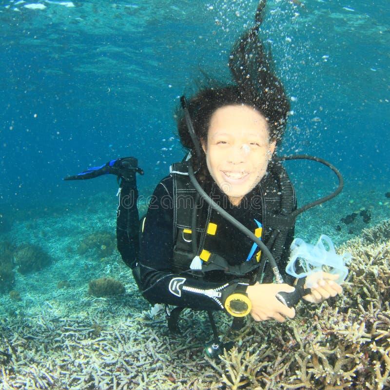 Download Mergulhador - Menina De Sorriso Debaixo D'água Imagem de Stock - Imagem de tropical, diving: 65577769