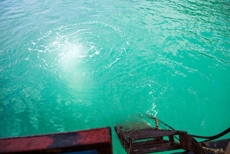 Mergulhador mergulhado no mar de um barco imagens de stock royalty free
