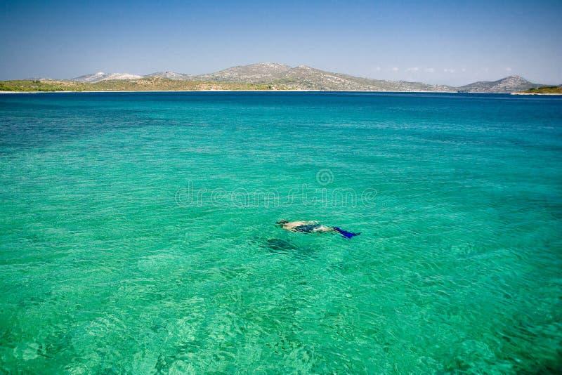 Mergulhador no mar do paraíso imagens de stock