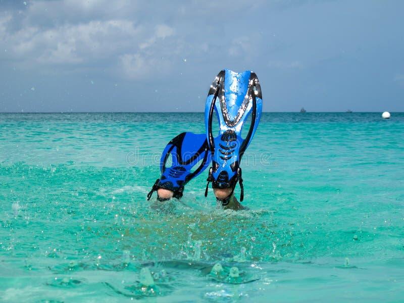 Mergulhador que desce imagens de stock royalty free