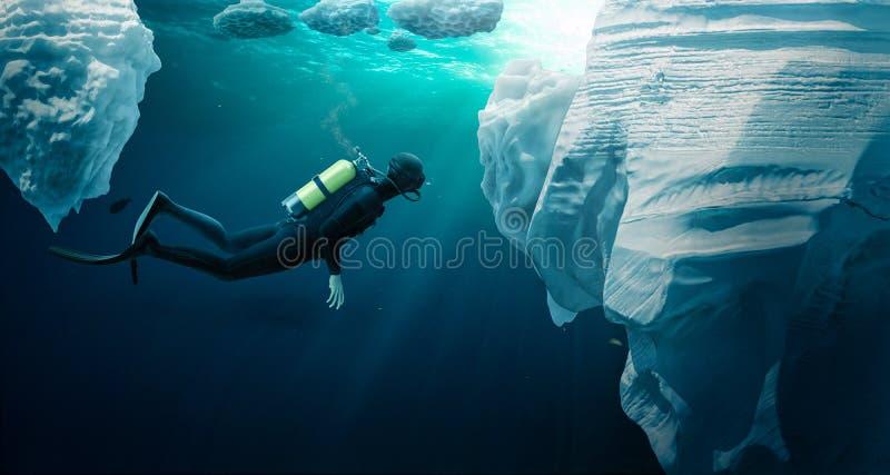 Mergulhador que ecploring o gelo de bloco fotografia de stock