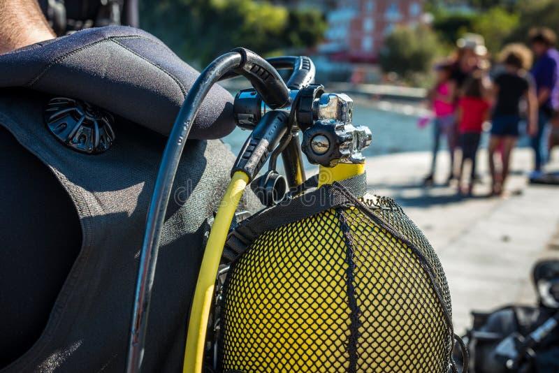 Mergulhador Scuba se preparando para mergulhar na praia imagem de stock royalty free
