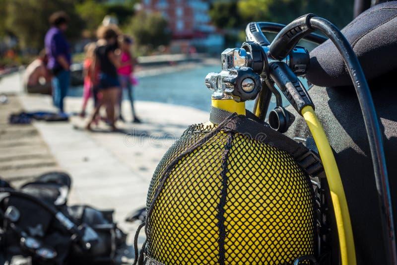 Mergulhador Scuba se preparando para mergulhar na praia foto de stock