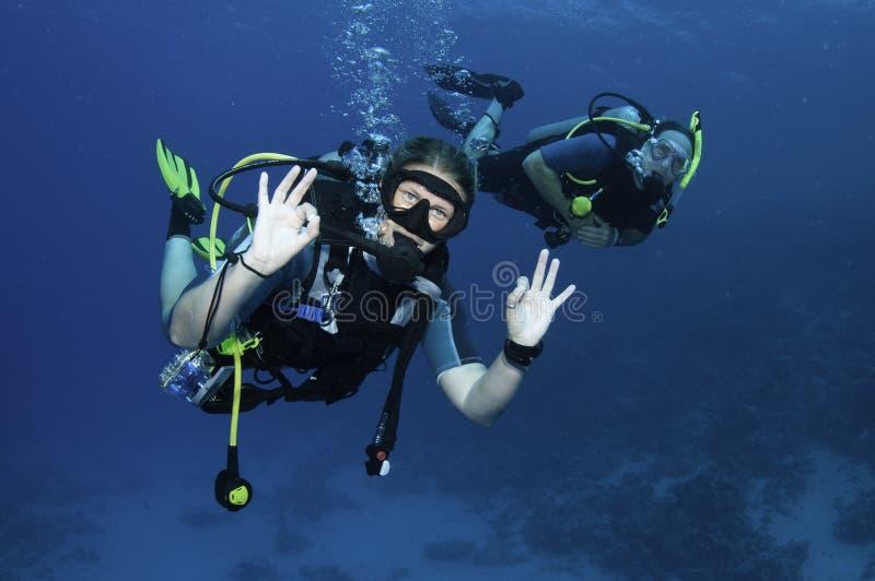 Mergulhadores de mergulhador felizes foto de stock royalty free