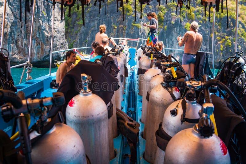 Mergulhadores de mergulhador que preparam-se para mergulhar em um barco completamente do equipamento, Tailândia fotografia de stock royalty free