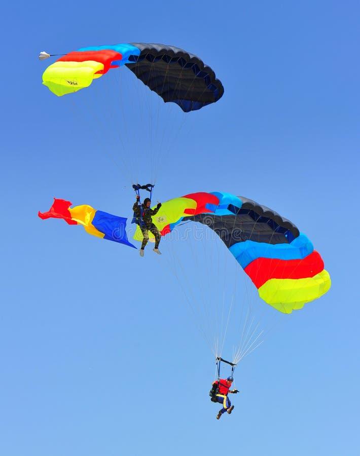 Mergulhadores do céu com pára-quedas coloridos imagens de stock