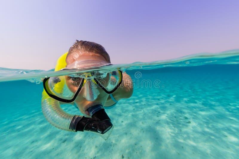 Mergulhando a mulher que explora o sealife bonito do oceano fotografia de stock royalty free