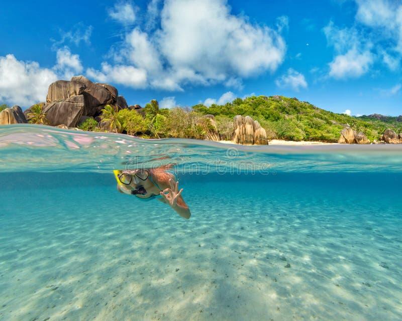 Mergulhando a mulher que explora o sealife bonito do oceano imagem de stock royalty free