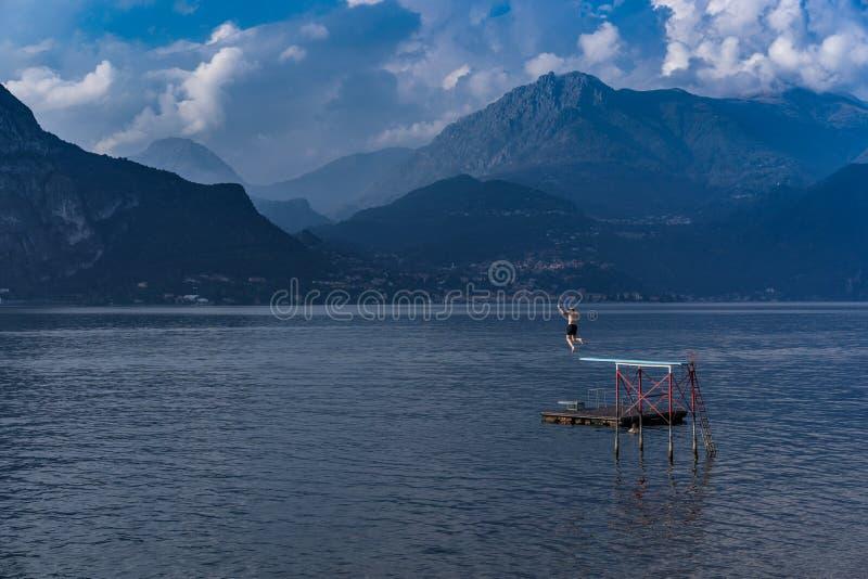 Mergulhando no lago Como, Itália foto de stock