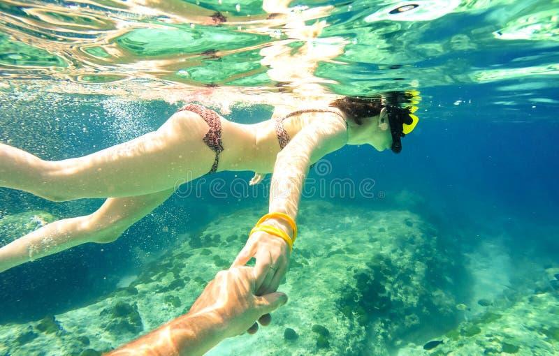 Mergulhar os pares que nadam junto no mar tropical debaixo d'água fotografia de stock royalty free