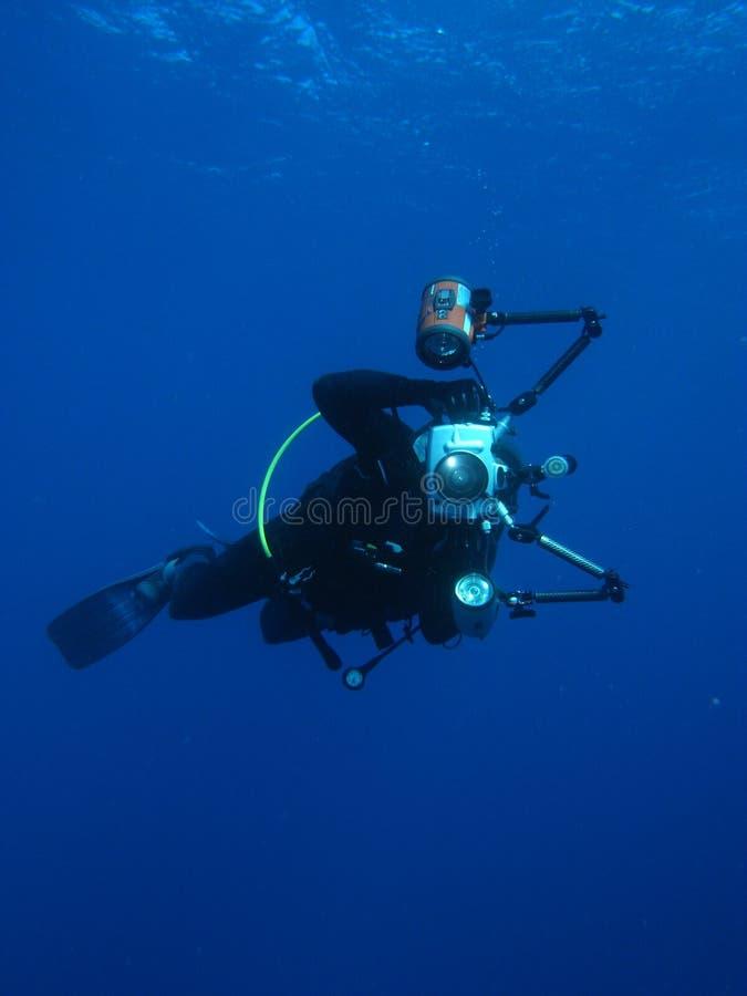 Mergulho autónomo subaquático do fotógrafo do homem imagens de stock royalty free