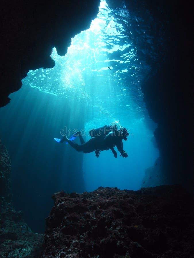 Mergulho autónomo subaquático do fotógrafo do homem fotos de stock royalty free