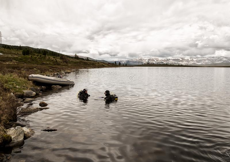 Mergulho autônomo em um lago da montanha, técnicas praticando para salvadores da emergência imersão na água fria foto de stock royalty free