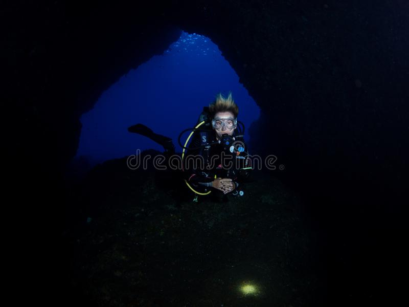 Mergulho da caverna em Alor imagens de stock royalty free