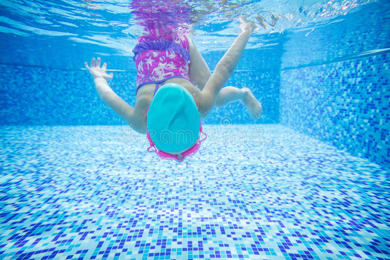 Mergulho da menina na piscina fotografia de stock royalty free