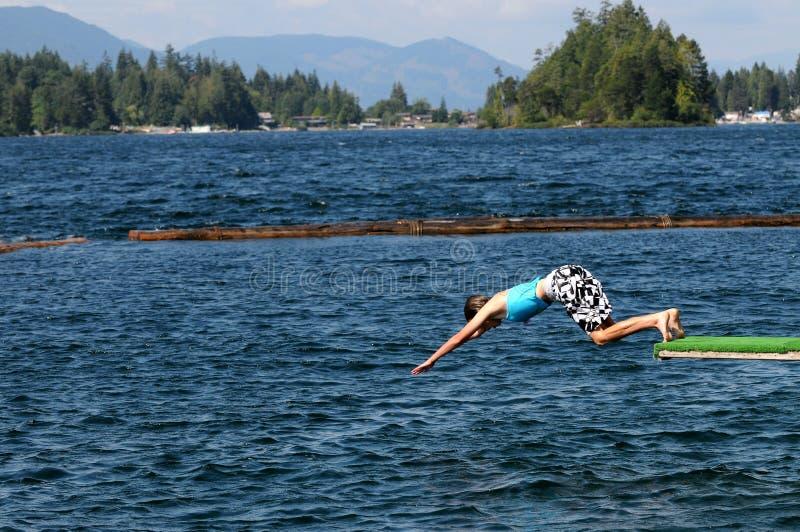 Mergulho da menina no lago fotografia de stock
