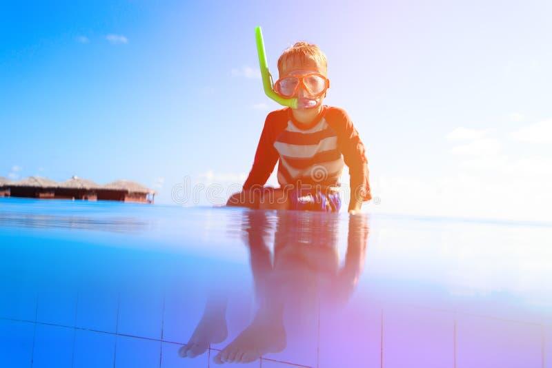 Mergulho da natação do rapaz pequeno na associação na praia tropical foto de stock
