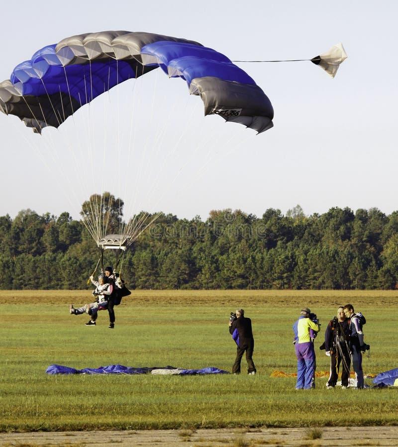 Mergulho de céu - aproximação de aterragem em tandem! foto de stock