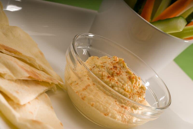 Mergulho de Hummus com pão e vegetal do pita fotos de stock royalty free