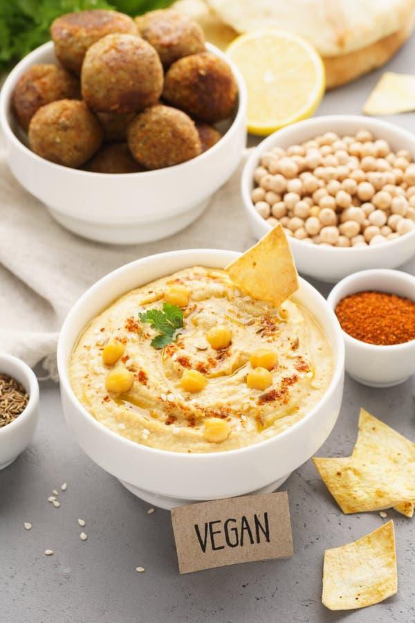 Mergulho de Hummus servido com microplaquetas, pão árabe e falafel imagens de stock royalty free