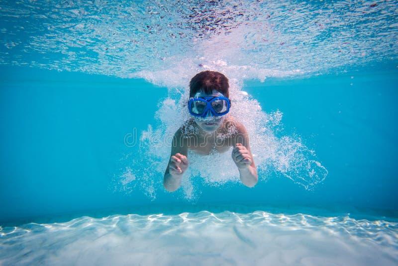Mergulho do menino na piscina fotografia de stock royalty free