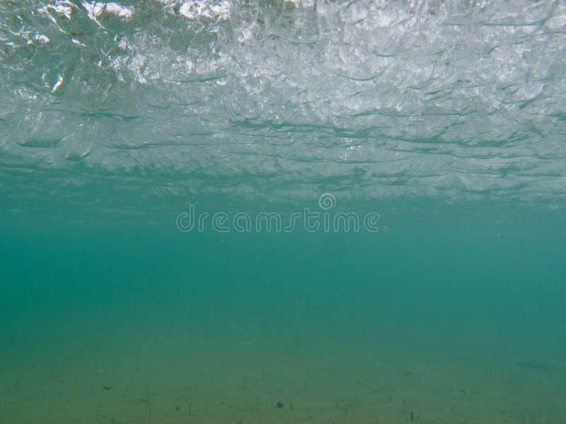 Mergulho em águas congeladas sob o gelo fotos de stock