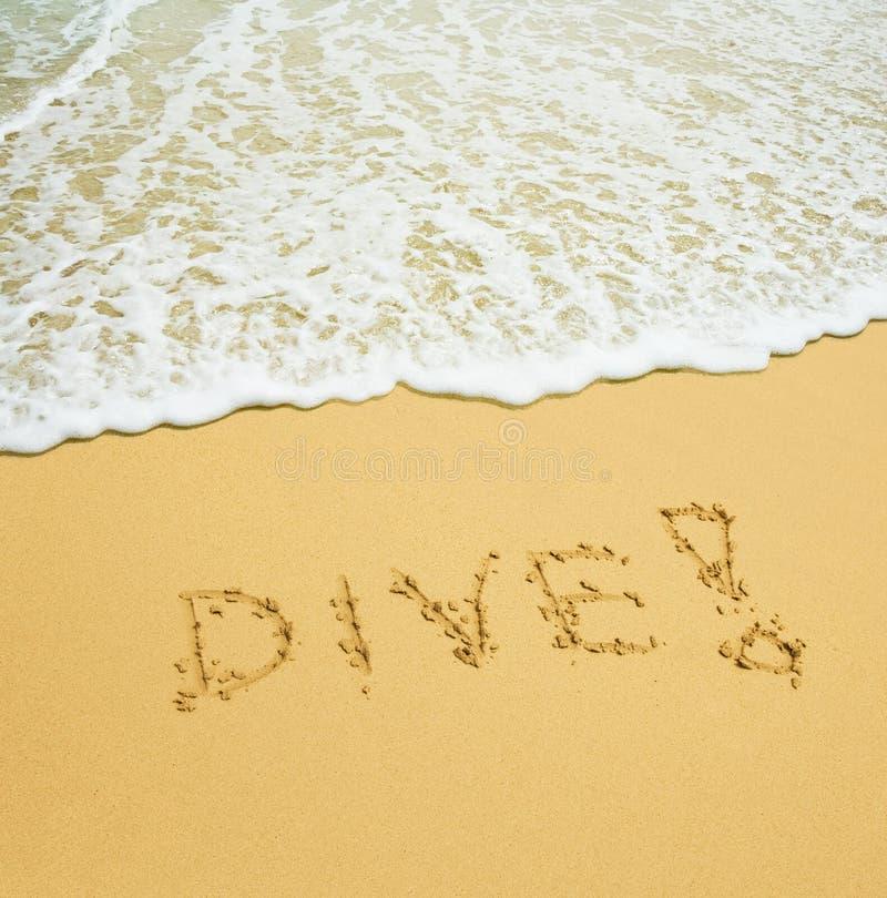 Mergulho escrito em uma praia tropical arenosa foto de stock