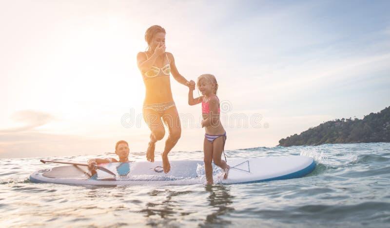 Mergulho feliz da família na água fotografia de stock royalty free