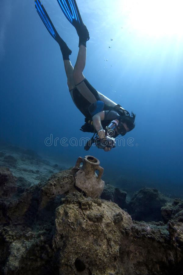 Mergulho: Fotógrafo subaquático & amphora antigo fotografia de stock royalty free