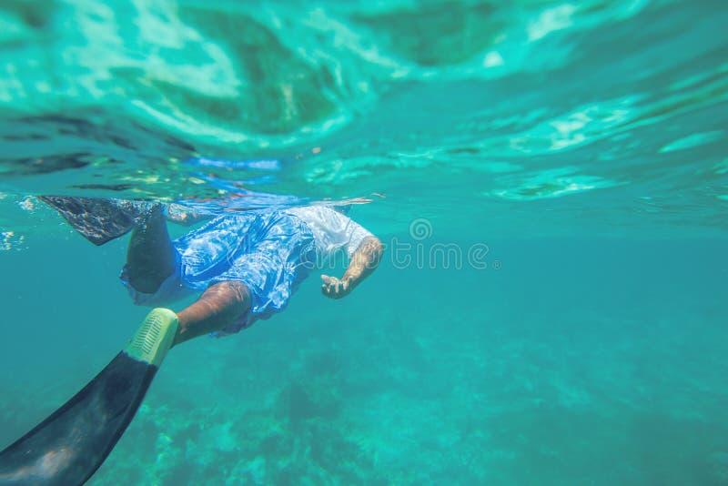 Mergulho livre de homem novo e mergulhar em um recife perto de Punta Cana imagens de stock
