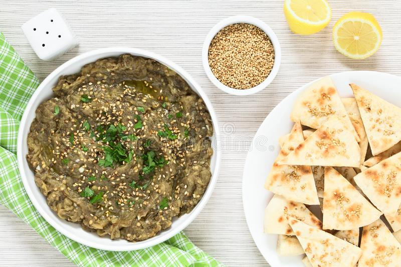 Mergulho ou propagação Roasted da beringela com Pita Chips fotos de stock