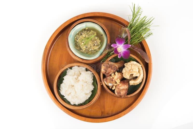 Mergulho verde do pimentão, carne de porco listrado com crepitação friável, frango frito e arroz pegajoso imagem de stock