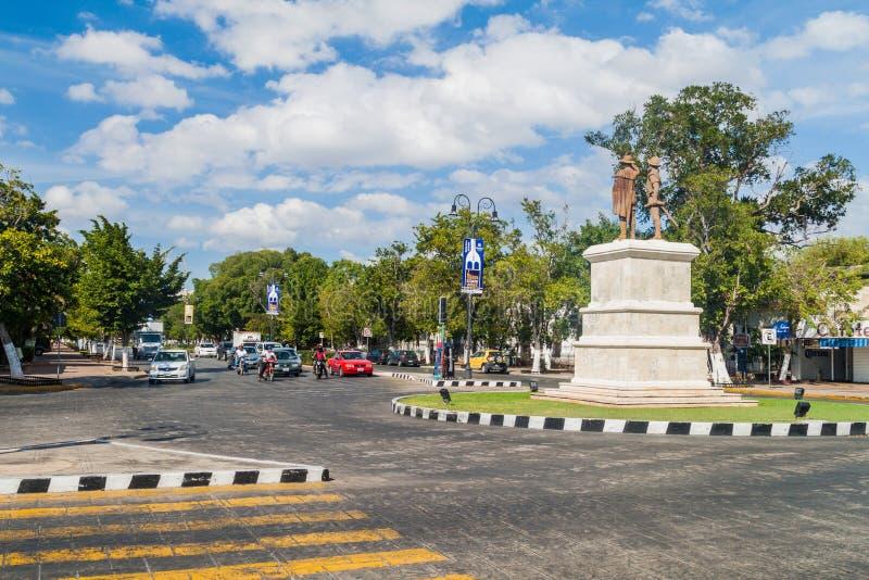 MERIDA, MÉXICO - 27 DE FEVEREIRO DE 2016: A estátua dos conquistadores de Iucatão, do pai e do filho, ambos nomeou Francisco de M imagem de stock