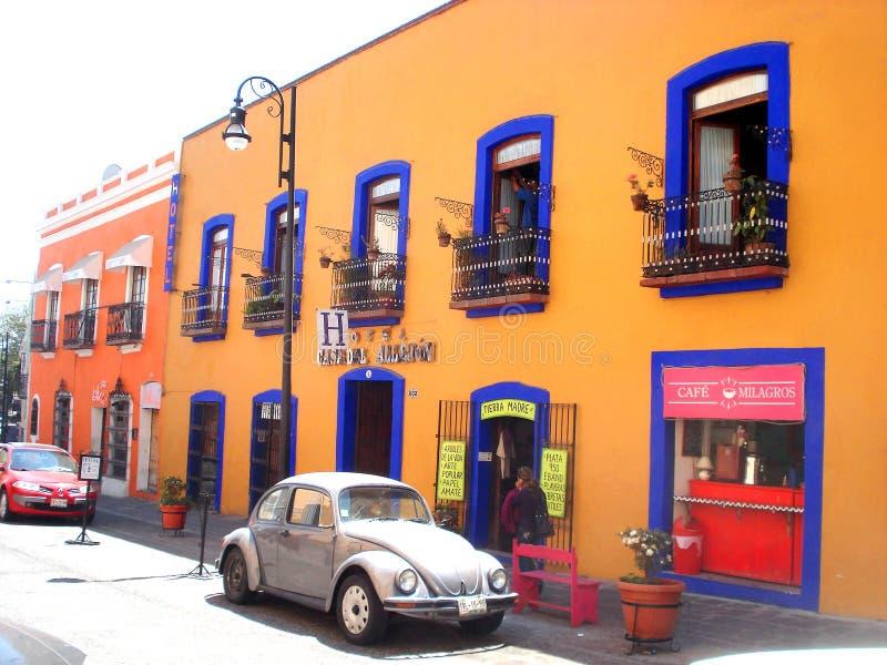 MERIDA, MEKSYK 11 th Marzec 2016: Uliczna scena z kolorowymi tradycyjnymi starymi domami i starymi samochodami na ulicie w Merida zdjęcie stock