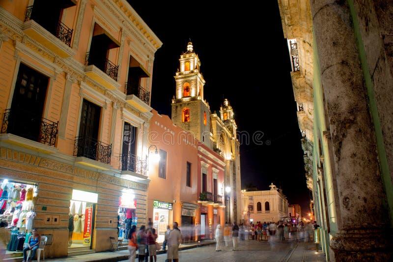 Merida Mexico Main Street alla notte fotografia stock libera da diritti