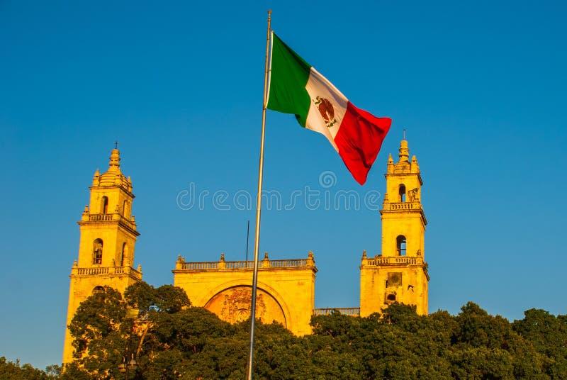 Merida San Ildefonso-kathedraal in de avond Mexicaanse vlagopwinding op lucht yucatan mexico royalty-vrije stock foto's