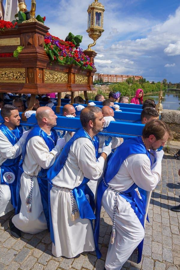 Merida, Spagna Aprile 2019: Un gruppo di portatori, ha chiamato Costaleros, portante un galleggiante religioso fotografie stock libere da diritti