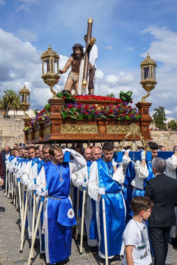 Merida, Spagna Aprile 2019: Un gruppo di portatori, ha chiamato Costaleros, portante un galleggiante religioso immagini stock