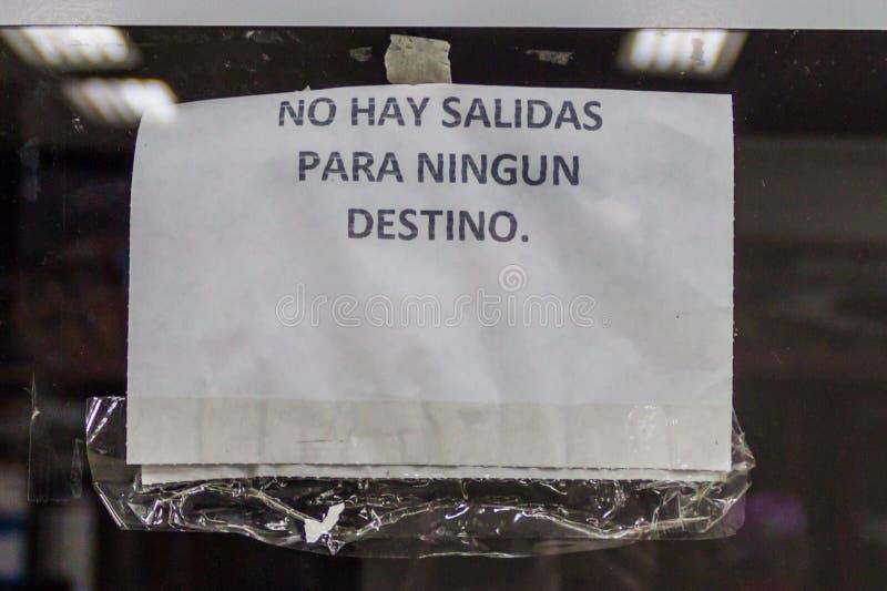 MERIDA, VENEZUELA - 20 DE AGOSTO DE 2015: O sinal em um escritório do ônibus em Merida diz: Não há nenhuma partida, a nenhum dest fotos de stock royalty free