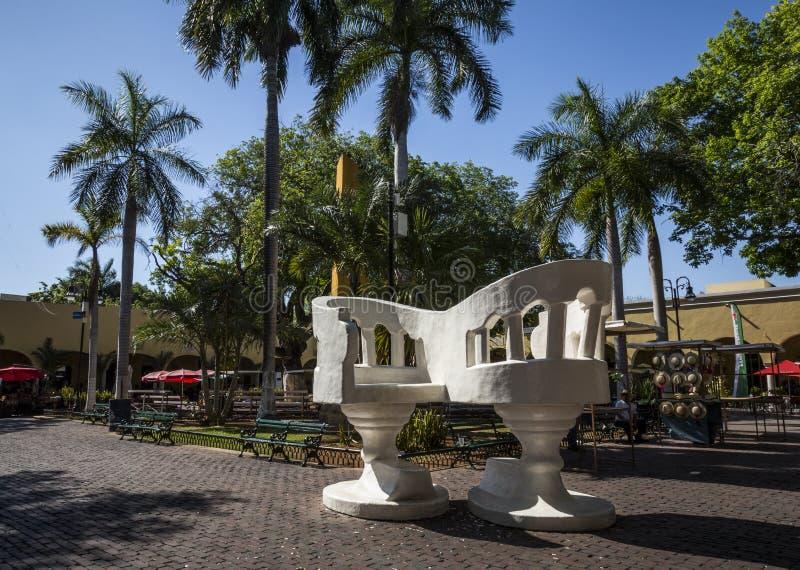 MERIDA-YUCATAN-MEXICO-APRIL-2019: Уверенные гигантские банки установленные в парк Санта Lucia стоковые изображения