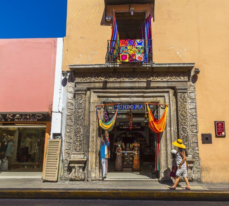 MERIDA-YUCATAN-MEXICO-APRIL-2019: fachada de una tienda local en donde varios recuerdos para los turistas se venden foto de archivo libre de regalías