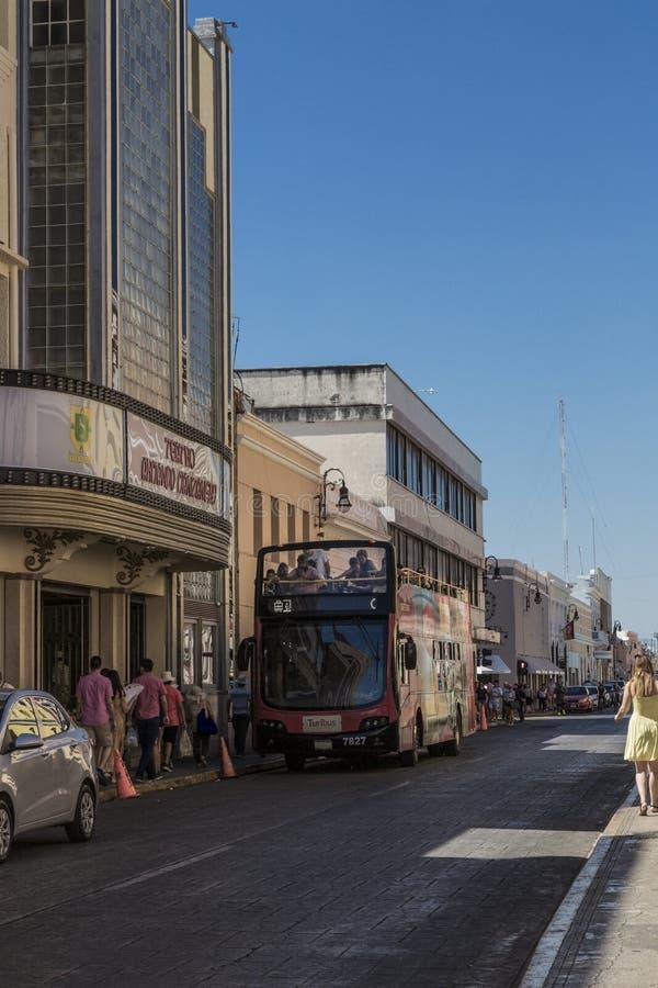 MERIDA-YUCATAN-MEXICO-APRIL-2019: Vista do caminhão do turista que mostra todos os locais do interesse na cidade imagem de stock