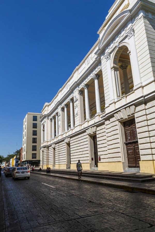 MERIDA-YUCATAN-MEXICO-APRIL-2019 : Vue de côté du théâtre de Contreras de péon situé dans le coeur de touristes de la ville photos stock