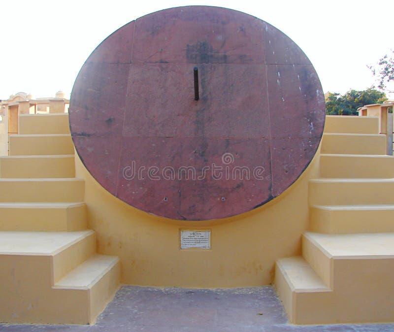 Meridiana di Krantivritta - uno strumento astronomico all'osservatorio antico, Jantar Mantar, Jaipur, Ragiastan, India fotografie stock libere da diritti