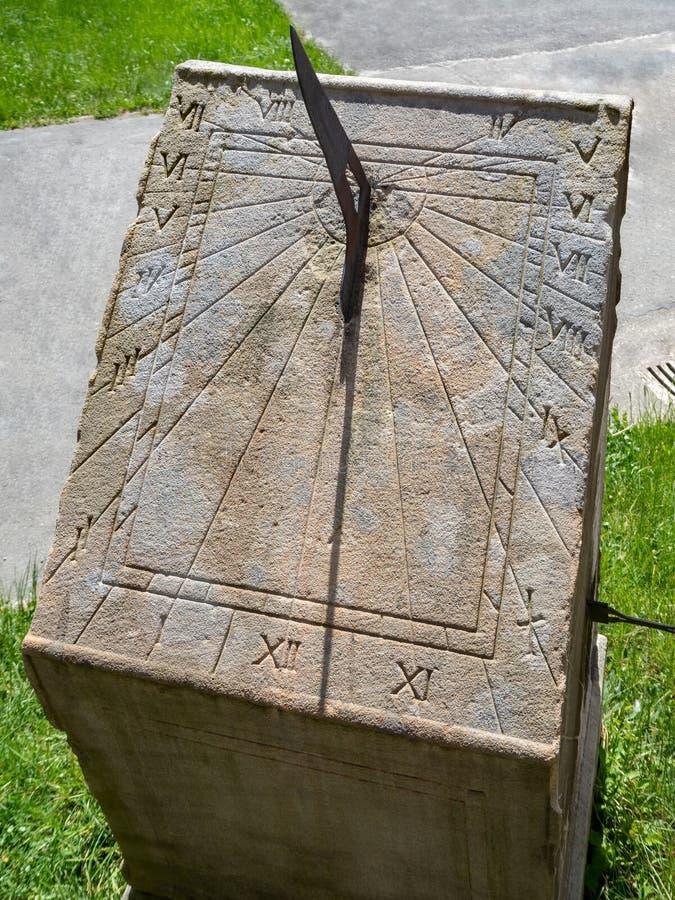 Meridiana di pietra antica, all'aperto, fine su immagini stock
