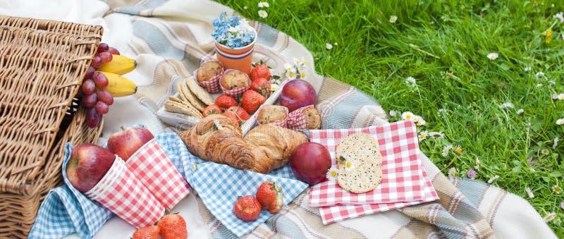 Meriende en el campo en la celebración del día del ` s del rey Almuerzo en el jardín Accesorios anaranjados Primavera en los País imagen de archivo