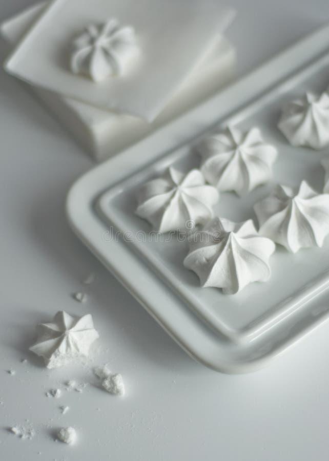 Meringen auf weißer Platte stockfoto