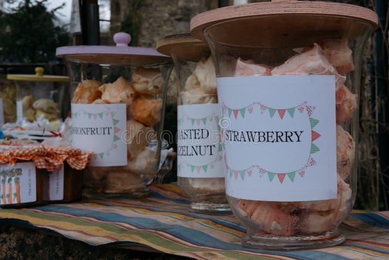 Meringhe ed inceppamento casalinghi da vendere in piccolo villaggio di Lacock, Inghilterra immagine stock