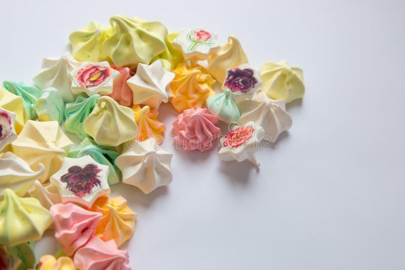 Meringues colorées par meringue colorée beaucoup bonbon différent images libres de droits